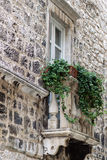 Edificio viejo con el balcón clásico Foto de archivo