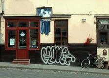 Edificio viejo con el mural y el restaurante artísticos Stu del vintage de los pescados Fotos de archivo