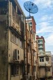Edificio viejo con el satélite contra el cielo azul Fotos de archivo