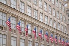 Edificio viejo con las banderas americanas Imagenes de archivo