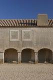 Edificio viejo con las porciones de arcos Fotografía de archivo libre de regalías
