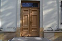 Edificio viejo con las puertas grandes Fotos de archivo