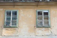 Edificio viejo con las ventanas en decaimiento Foto de archivo libre de regalías