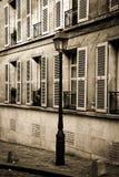Edificio viejo con los posts de la lámpara en París en sepia Foto de archivo libre de regalías