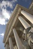 Edificio viejo de la ópera del teatro con la estatua Fotos de archivo libres de regalías