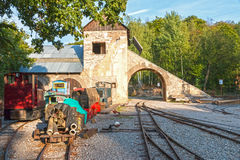 Edificio viejo de la mina con las vías y el tren imagen de archivo