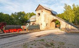 Edificio viejo de la mina con las vías y el tren foto de archivo libre de regalías