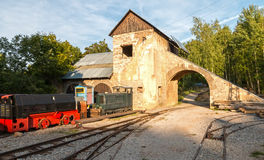 Edificio viejo de la mina con las vías y el tren Imagenes de archivo