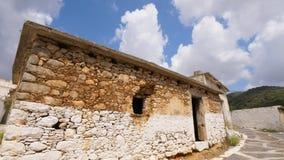 Edificio viejo de la piedra del pueblo sin las ventanas y las puertas en entrada almacen de video
