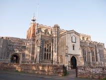 Edificio viejo de la piedra inglesa de la iglesia cristiana del exterior Imagen de archivo