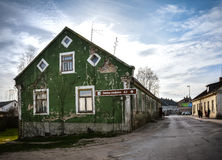 Edificio viejo del color verde imagen de archivo libre de regalías