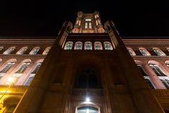 Edificio viejo del stadthaus en Berlín Alemania en la noche imagen de archivo