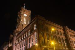 Edificio viejo del stadthaus en Berlín Alemania en la noche imágenes de archivo libres de regalías