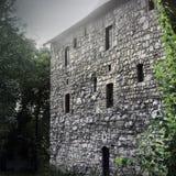 Edificio viejo en la ciudad fotos de archivo