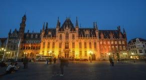Edificio viejo en la noche en Brujas, Bélgica foto de archivo