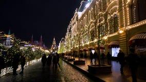 Edificio viejo hermoso en la iluminación del Año Nuevo, cuadrado rojo, noche, panorama metrajes