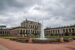 Edificio viejo histórico con una fuente y las luces dresden Imagenes de archivo