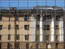 Edificio viejo reflejado Foto de archivo