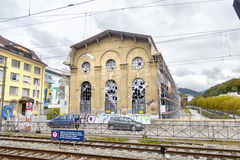 Edificio viejo restaurado cerca del ferrocarril en Vevey, Switzer Fotografía de archivo