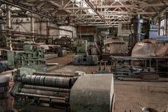 Edificio viejo y abandonado del color de la fábrica Fotos de archivo libres de regalías