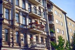 Edificio viejo y balcón residental adornados con las banderas Imágenes de archivo libres de regalías
