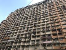 Edificio viejo y congestionado típico en Hong Kong Foto de archivo libre de regalías