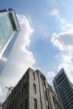 Edificio viejo y moderno con el cielo Fotos de archivo libres de regalías