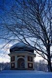 Edificio y árbol en invierno fotografía de archivo libre de regalías