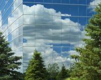 Edificio y árboles foto de archivo