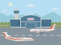 Edificio y aeroplanos del aeropuerto en pista Foto de archivo