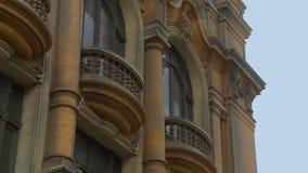 Edificio y balcones de bronce almacen de metraje de vídeo