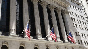 Edificio y banderas del mercado de acción Fotografía de archivo