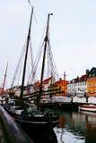 Edificio y barco coloridos en el nyhavn Copenhague Dinamarca fotos de archivo