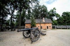 Edificio y cañón históricos del acuerdo de Jamestown fotografía de archivo libre de regalías