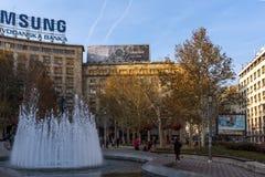 Edificio y calle típicos en el centro de la ciudad de Belgrado, Serbia imagenes de archivo
