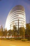 Edificio y camino en la noche Fotos de archivo libres de regalías