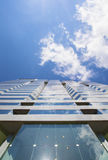 Edificio y cielo modernos Imagenes de archivo