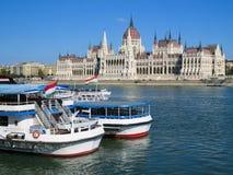 Edificio y el río Danubio del parlamento Foto de archivo libre de regalías