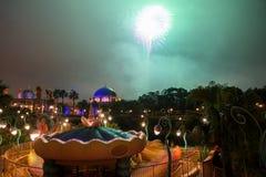 Edificio y fuego artificial árabes en el mar de Tokio Disney Imagenes de archivo