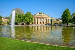 Edificio y fuente de la ?pera del teatro del estado de Stuttgart en el lago Eckensee, Alemania foto de archivo libre de regalías