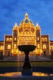 Edificio y fuente del parlamento fotos de archivo