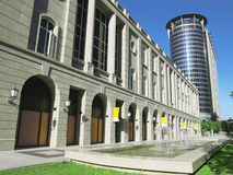 Edificio y fuente modernos Foto de archivo