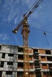 Edificio y grúa en yarda de la construcción Fotografía de archivo libre de regalías