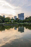 Edificio y lago modernos fotografía de archivo