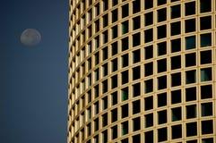 Edificio y luna Imagenes de archivo
