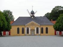 Edificio y molino de viento amarillos fotografía de archivo libre de regalías