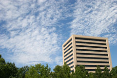 Edificio y nubes Imagen de archivo libre de regalías