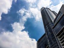 Edificio y nubes de Commercail Imagen de archivo libre de regalías
