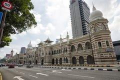 Edificio y señal históricos a lo largo del rajá de Jalan adentro del cuadrado de Dataran Merdeka, Kuala Lumpur, Malasia Foto de archivo