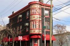 Edificio y toldo rojos coloridos fotos de archivo